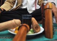 Drewniany członek nie jest zbyt higieniczny, ale za to możesz go sobie wystrugać sama. /AFP
