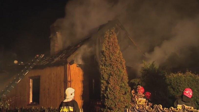 Drewniany dom w płomieniach /TVP/x-news
