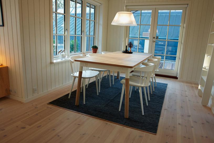Drewno, prostota i ciepło światło - to też hygge! /123RF/PICSEL