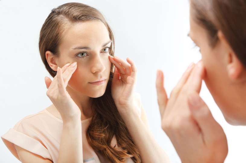 Drgająca powieka to pierwszy objaw chronicznego zmęczenia /123RF/PICSEL