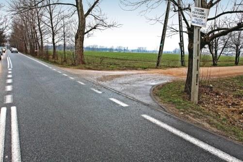 Droga publiczna łączy się z gruntową, co nie jest skrzyżowaniem a połączeniem dróg. Wcześniejsze ograniczenie prędkości nie jest więc odwołane. /Motor