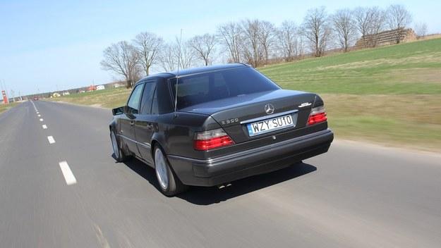 Drogi pozamiejskie i autostrady to naturalne środowisko E 500. Zużycie paliwa przy dużych prędkościach wcale nie przeraża. /Motor