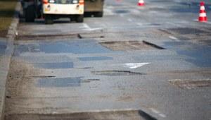 Drogowcy łatają dziury w jezdniach i proszą kierowców o pomoc