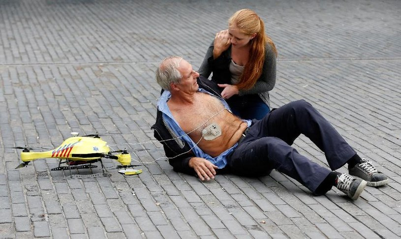 Dron z wbudowanym defibrylatorem może uratować życie wielu osób /materiały prasowe