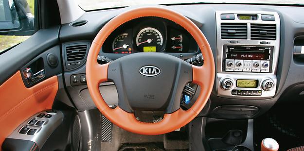 Droższe wersje miały ciekawą kolorystykę i rozbudowane radio, ale to nie ukryje, że wnętrze Sportage II jest przestarzałe i wykonane z przeciętnych plastików. /Motor