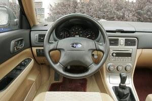 Druga generacja Forestera (od 2002 r.) ma znacznie ładniejsze wnętrze niż poprzednia. Nie jest tu już tak czarno. /Motor