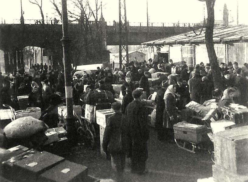 Druga połowa stycznia 1945 roku. Niemcy na ulicy Bahnhofstrasse przed poznańskim dworcem kolejowym czekają na pociągi ewakuacyjne /Odkrywca