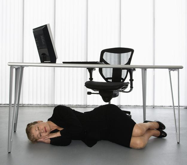 Drzemka w godzinach pracy? W niektórych firmach to możliwe /© Panthermedia