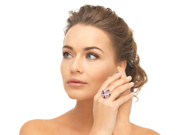 Drżenie rąk utrudnia wykonywanie najprostszych czynności m.in. zakładanie biżuterii /©123RF/PICSEL