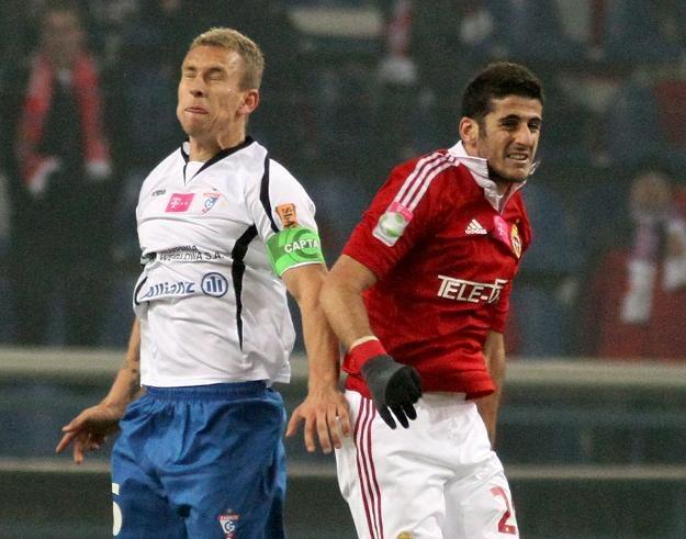 Dudu Biton (z prawej) walczy o piłkę z Adamem Danchem/fot. Stanisław Rozpędzik /PAP