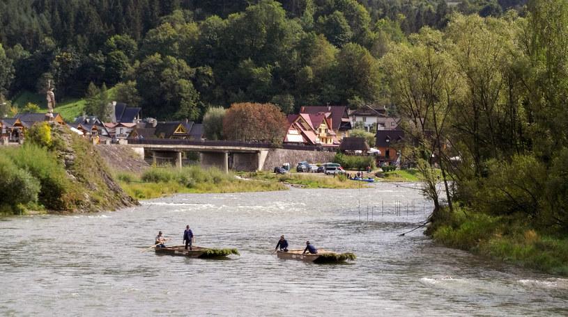 Dunajcem można spływać między kwietniem a październikiem /Styl.pl