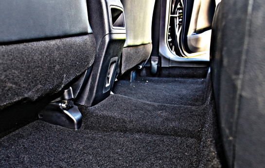 Duża zaleta Corolli – niemal płaska podłoga z tyłu. Dzięki niej także pośrodku można wygodnie usiąść. /Motor