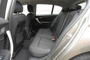 Dużo miejsca nad głową, przeciętnie na kolana, wąski otwór drzwi. /Motor