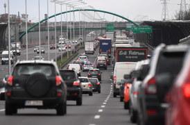Duży ruch, korki i utrudnienia na drogach