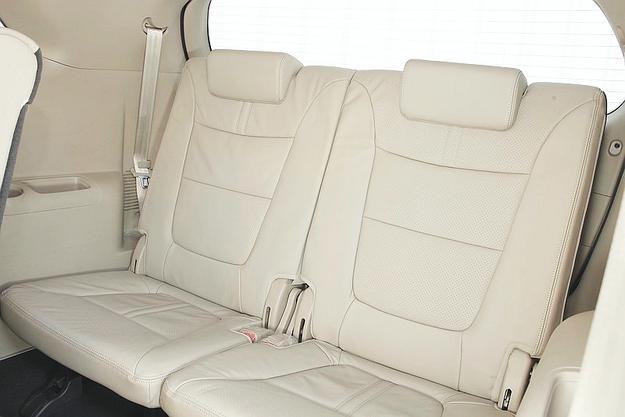 Dwa dodatkowe miejsca w bagażniku: mało miejsca na nogi, ale za to na szerokość i nad głowami  - w sam raz. /Motor