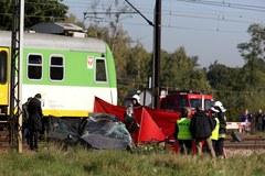 Dwa pociągi uderzyły w auto. Nie żyje kobieta, dzieci w ciężkim stanie