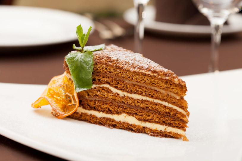 Dwie warstwy tortu można posmarować masą czekoladową /123RF/PICSEL