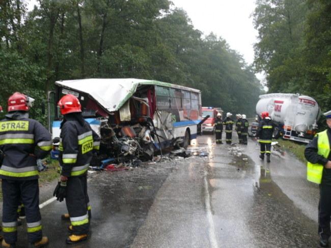 Dwie zakleszczone w pojeździe osoby strażacy musieli wyciągać przy pomocy specjalistycznego sprzętu /Dariusz Politowski (PAP) /PAP