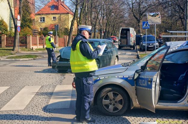 Dwóch policjantów przewieziono do szpitala /Policja