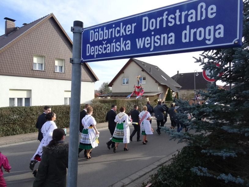 Dwujęzyczne tablice z nazwami ulic we wsi Depsk (Döbbrick) /Grzegorz Wieczorek /