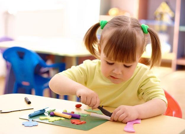 Dwuletni maluch umie już pewnie chwytać zabawki /© Panthermedia