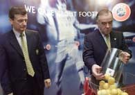 Dyrektor UEFA Andy Roxburg (z lewej) i Pat Quigley przygotowują losowanie