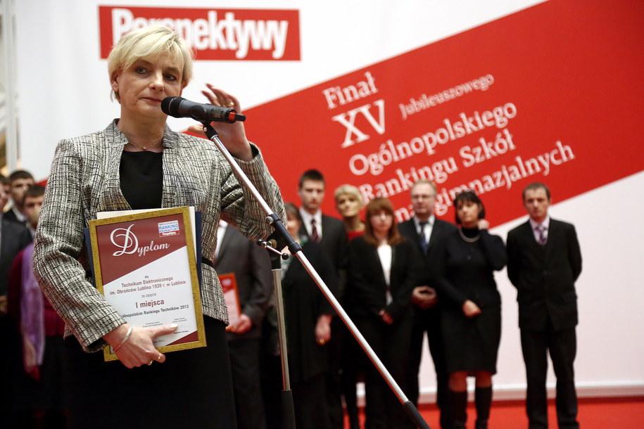 Dyrektor zwycięskiego technikum Elżbieta Hanc podczas uroczystości wręczenia nagród /Tomasz Gzell  (PAP) /PAP