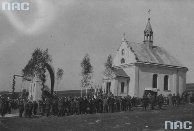Dytiatyn, kaplica św. Teresy. Widok ogólny uroczystości przy kaplicy wzniesionej na mogile poległych w walkach 1920 r. /Z archiwum Narodowego Archiwum Cyfrowego