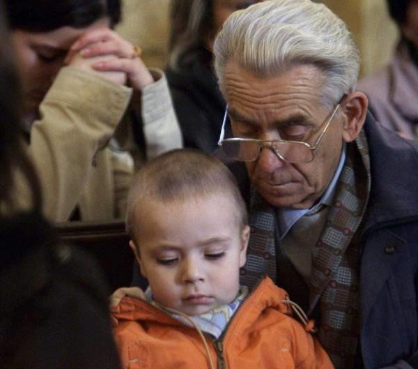 Dziadek ma zawsze czas i emeryturę, która wspiera domowy budżet... /AFP