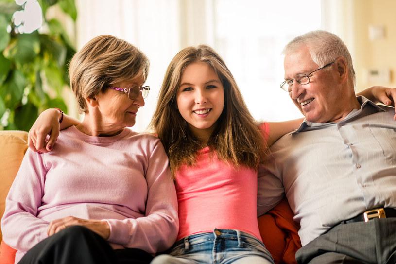 Dziadkowie mają prawo bezkarnie rozpieszczać wnuki /©123RF/PICSEL