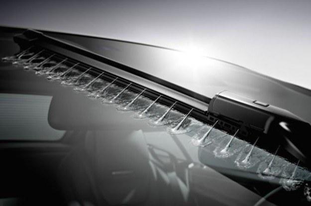 Działanie spryskiwaczy zależy m.in. od prędkości jazdy oraz temperatury powietrza. /Mercedes