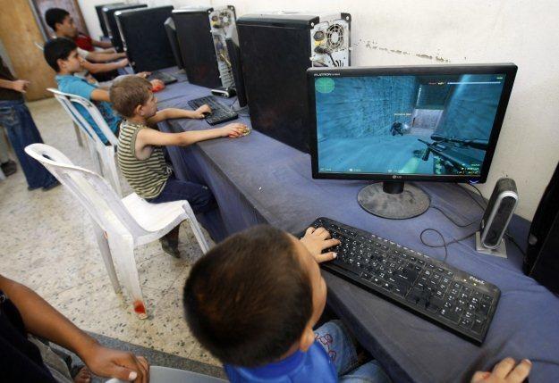 Dzieci bez nadzoru przed komputerem mogą wpaść w kłopoty /AFP