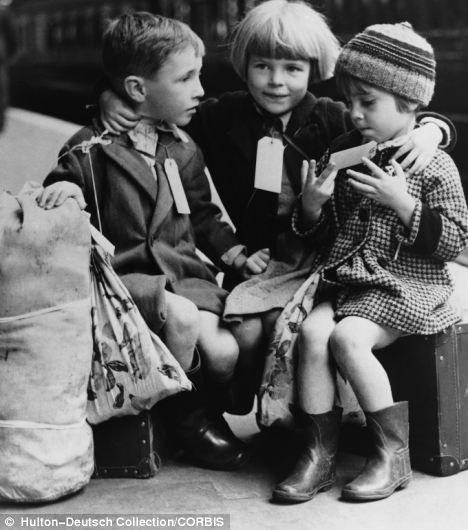 Dzieci czekajace na stacji kolejowej /Agnieszka Lisak – blog historyczno-obyczajowy
