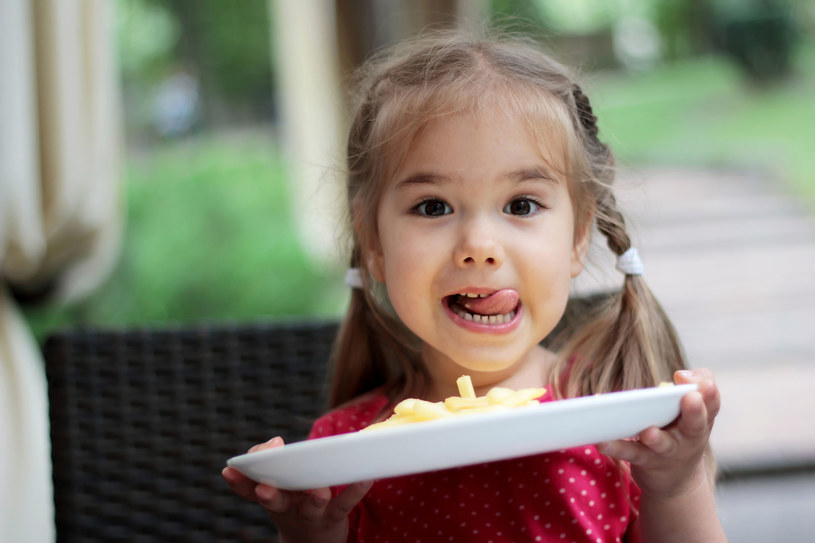 Dzieci lubią frytki, ale nie powinny jeść ich często /©123RF/PICSEL