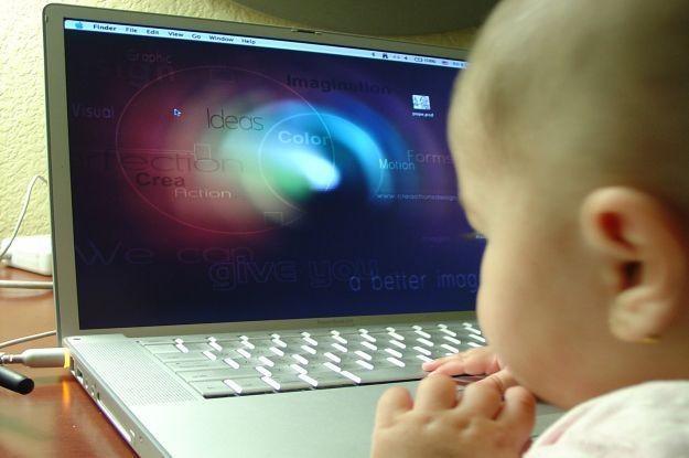 Dzieci mają kontakt z komputerami od pierwszych miesięcy - czy to dobrze? Niekoniecznie /stock.xchng