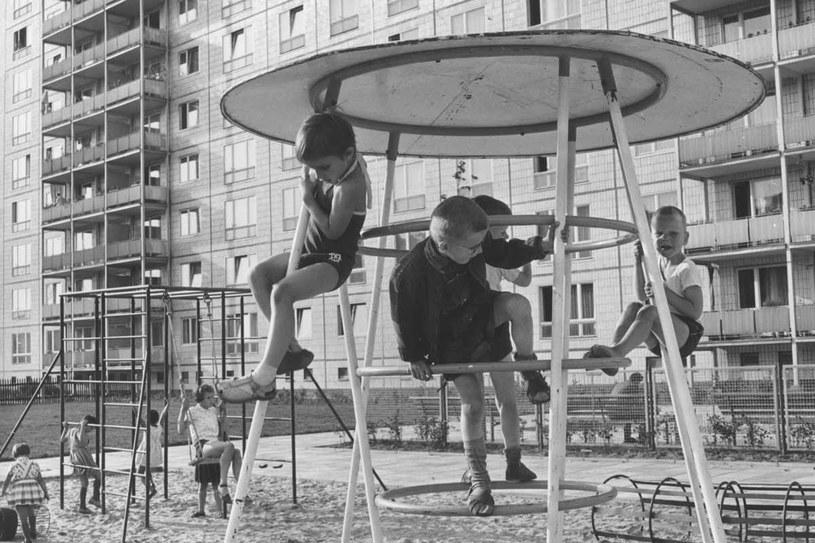 Dzieci na placu zabaw w Berlinie Wschodnim, rok 1965 /Getty Images/Flash Press Media