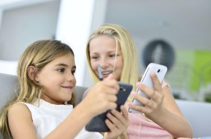 Dzieci nie będą mogły używać telefonów przez cały czas przebywania w szkole /©123RF/PICSEL