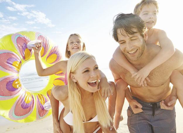 Dzieci pokochają spacery brzegiem morza, który odkrywa jego bogactwa – muszelki i bursztyny /Traveligo.pl /materiały prasowe