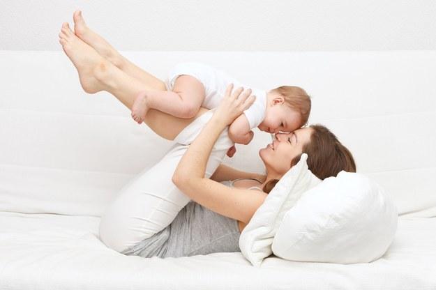 Dzieci poznają świat inaczej niż dorośli – wielozmysłowo. /123/RF PICSEL