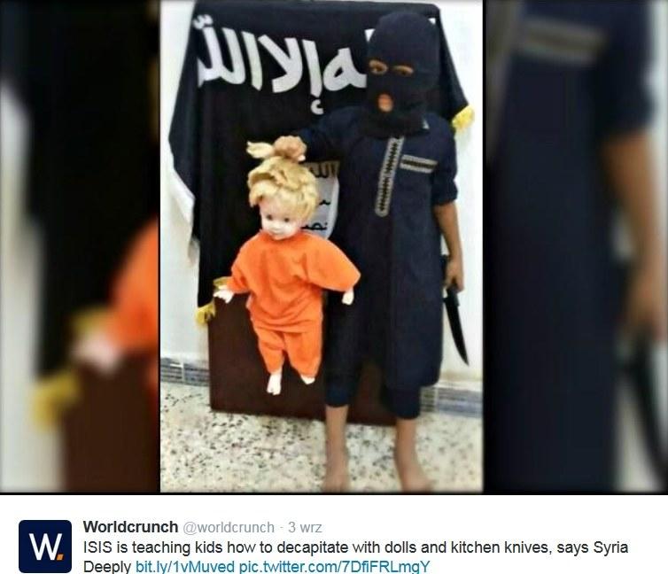 Dzieci uczą się ścinać głowy wrogów. Wykorzystują do tego lalki. Źródło: Twitter /INTERIA.PL