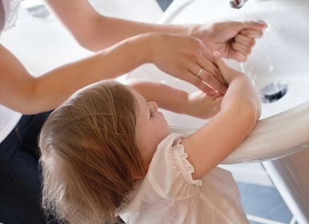 Dzieci uczulone na kurz najczęściej reagują w sposób nadwrażliwy na zawarte w nim roztocza /© Panthermedia