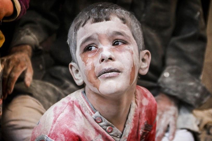 Dzieci w Aleppo nie doświadczają beztroski związanej z zabawą, bo głównym uczuciem, jakie przeżywają jest strach /East News