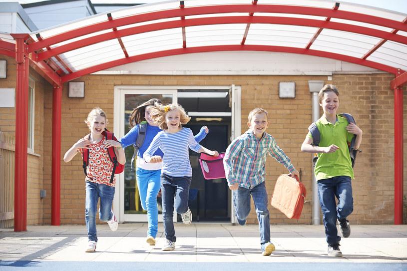 Dzieci walczą o swoją szkołę /123RF/PICSEL