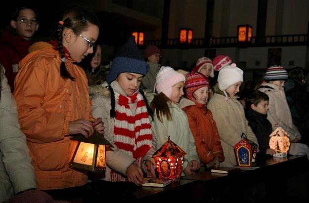 Dzieci z lampionami na roratach, fot: Adrian Slazok /Reporter