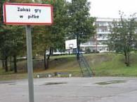 Dzieciom w Chorzowie nie wolno grać w piłkę na boisku /RMF