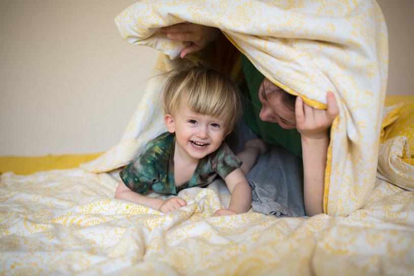 Dziecko, by dobrze się bawić, nie potrzebuje drogich gadżetów /123RF/PICSEL