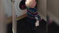 Dziecko kontra pralka. Kto wygra to starcie?