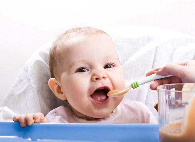 Dziecko musi czasem aż 10-12 razy spróbować konkretnego produktu, zanim się do niego przyzwyczai. /123RF/PICSEL