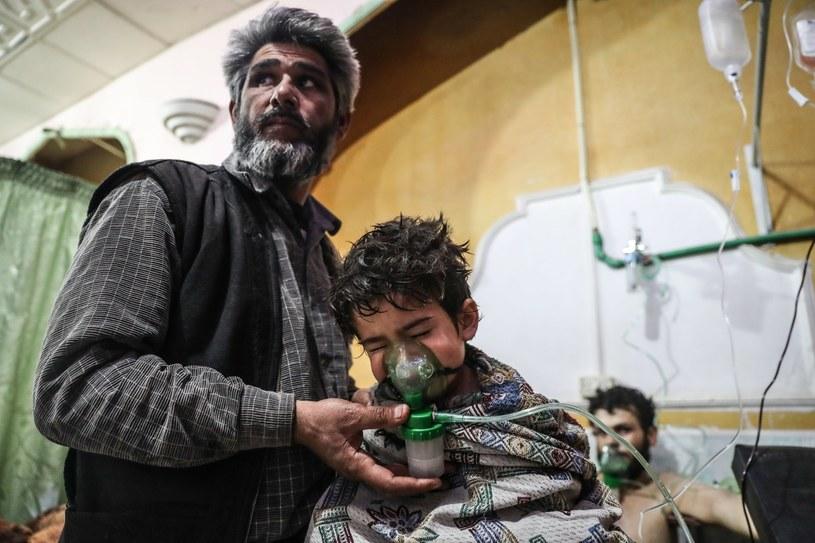 Dziecko otrzymuje pomoc medyczną po ataku gazowym we Wschodniej Ghucie /PAP/EPA