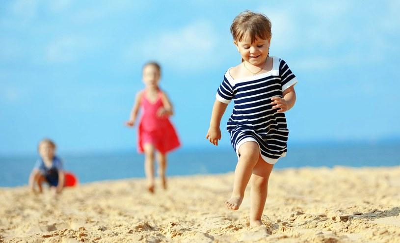 Dziecko potrafi wykorzystać nawet chwilę nieuwagi rodzica, który np. zaczyta się na plaży /123RF/PICSEL